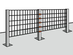 Die Doppelstabmatten mit Befestigungsklammern an den  Pfosten montieren